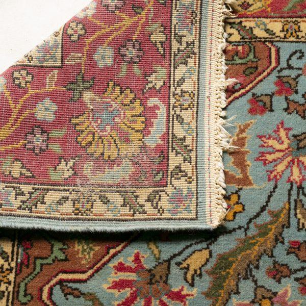 Beau tapis rouge et bleu